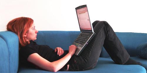 girl-laptop-reading